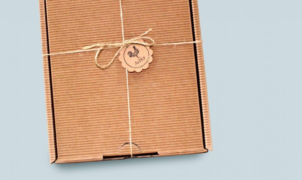 Eine Abhof Box aus Karton welche zu jedem Anlass verschenkt werden kann mit den besten Lebensmittel